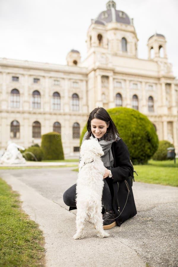 Piękna szczęśliwa młoda kobieta z ślicznym małym psem o obraz stock
