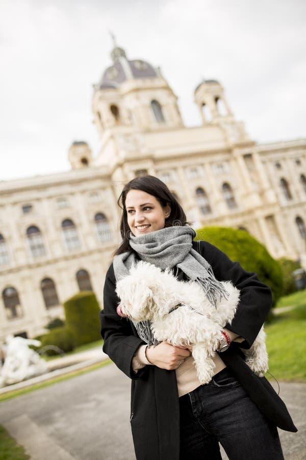 Piękna szczęśliwa młoda kobieta z ślicznym małym psim szczeniakiem zdjęcia royalty free
