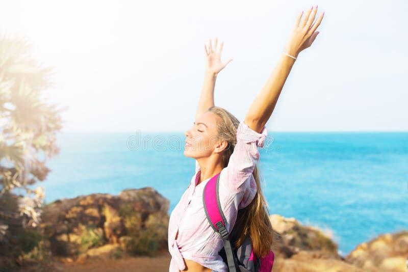 Piękna szczęśliwa podróżna dziewczyna cieszy się słońce obrazy stock