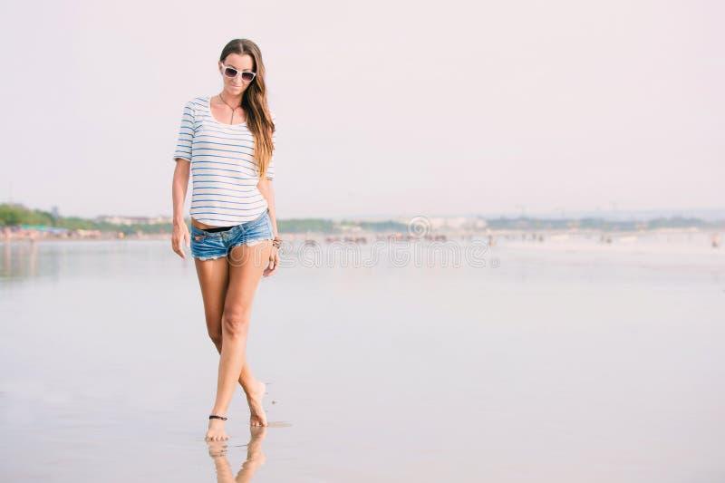 Piękna szczęśliwa seksowna kobieta z długi nóg chodzić obraz stock