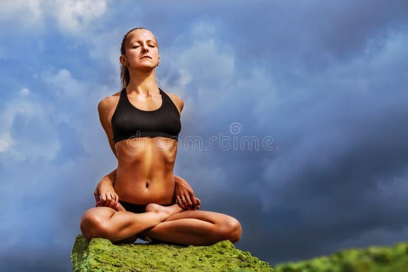 Piękna szczupła kobieta joga praktykę plenerową zdjęcie stock