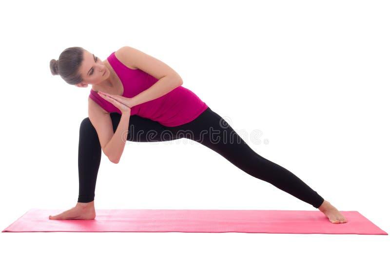 Piękna szczupła kobiety pozycja na menchiach matuje w joga pozie odizolowywającej obraz stock