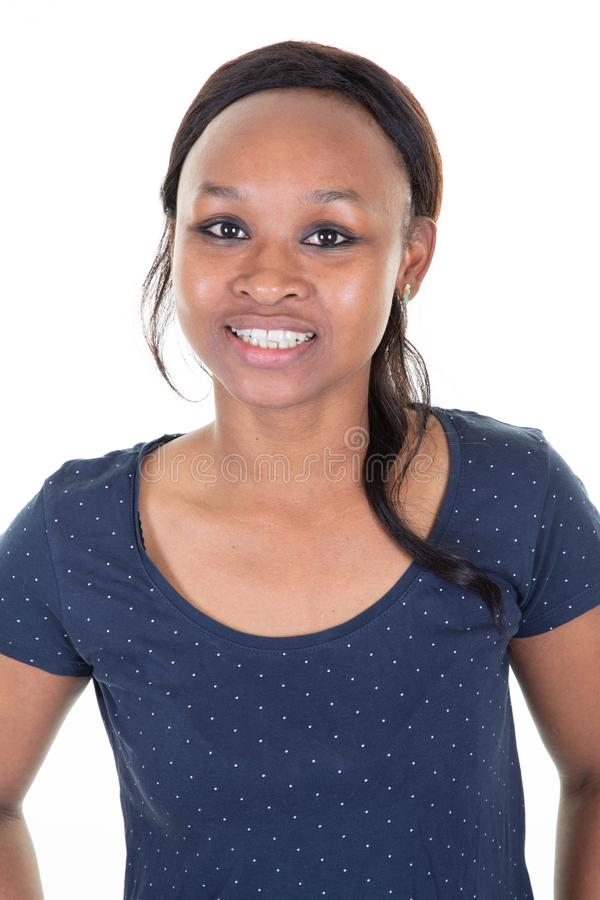Piękna szczupła przypadkowa amerykanin afrykańskiego pochodzenia kobieta w błękitnej koszula na białym tła studiu fotografia royalty free