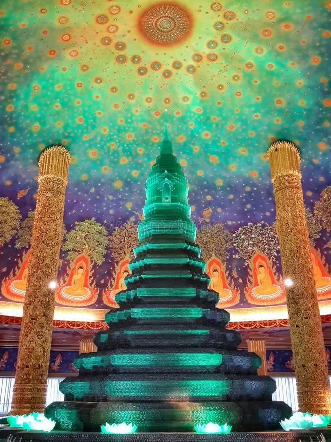 Piękna Szmaragdowa pagoda z kolorowym ściennym obrazem, Tajlandia zdjęcia stock