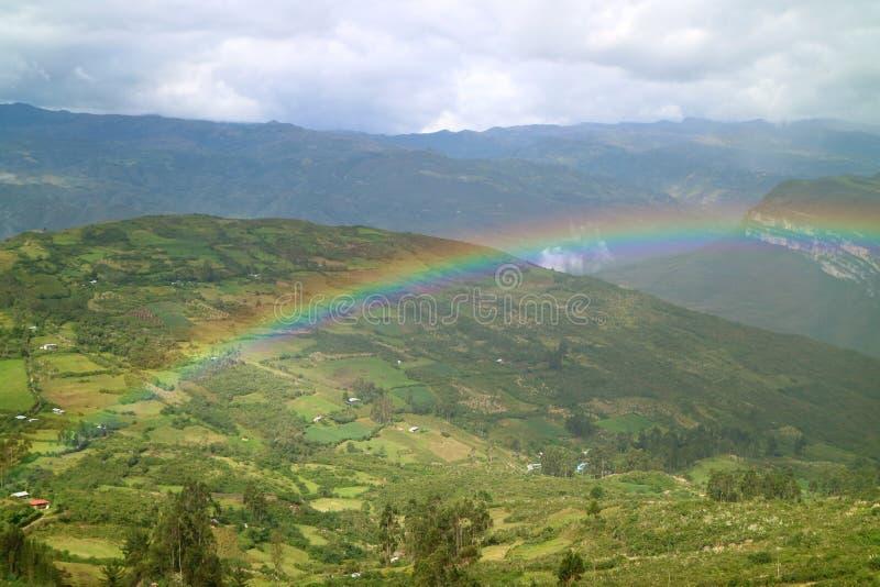 Piękna tęcza nad niskim szczyt górski wioski widokiem od Kuelap antycznej cytadeli w Amazonas regionie, północny Peru fotografia stock