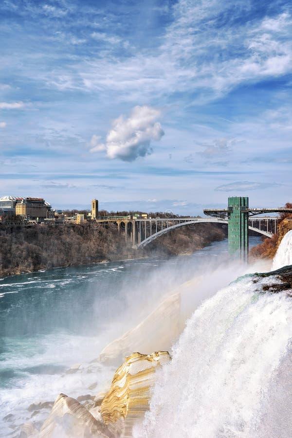 Piękna tęcza w Niagara i tęczy Niagara Bridżowej rzece Spada obraz stock