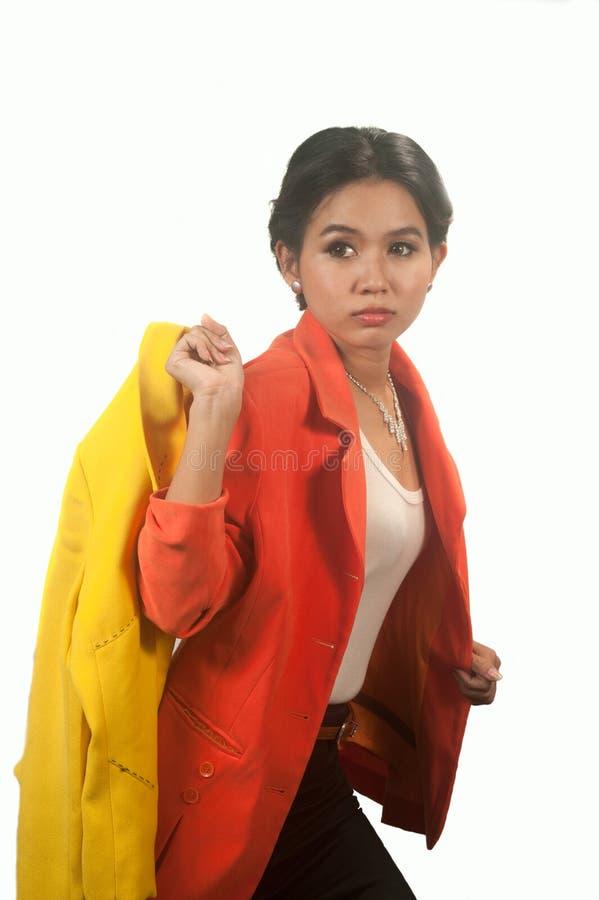 Ładnego Azjatyckiego biznesowej kobiety mienia żółty kostium na białym tle. zdjęcia stock