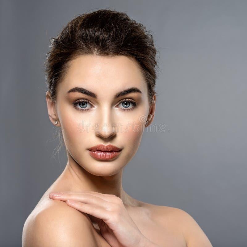Piękna twarz caucasian kobieta z czystą świeżą skórą zdjęcia stock
