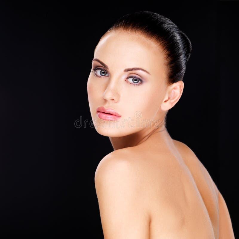 Piękna twarz dorosła kobieta z świeżą skórą zdjęcie royalty free