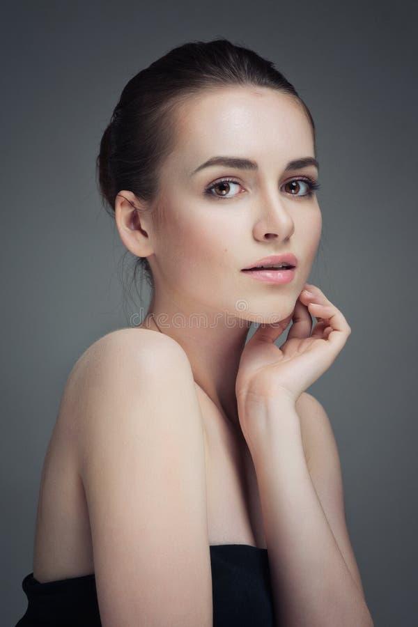 piękna twarz kobiet jej wzruszający potomstwa Świeża Zdrowa narta zdjęcie stock