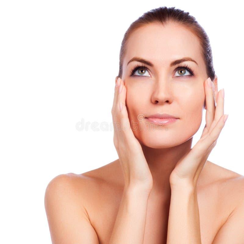 piękna twarz kobiet jej wzruszający potomstwa Świeża Zdrowa skóra obrazy stock