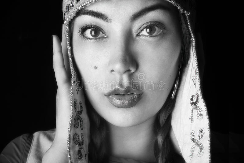 Piękna twarz kobieta w etnicznym kapeluszu zdjęcia royalty free