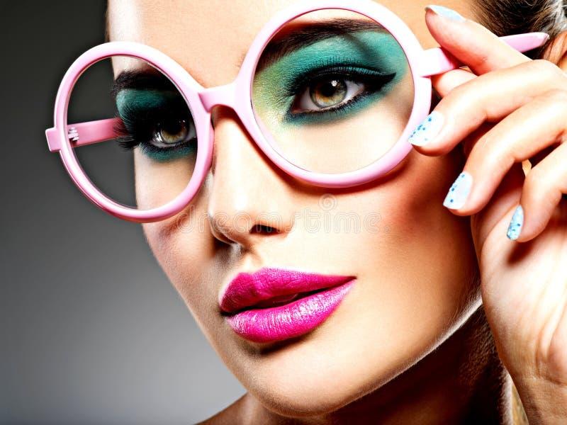 Piękna twarz kobieta z zielonym żywym makijażem oczy obraz stock