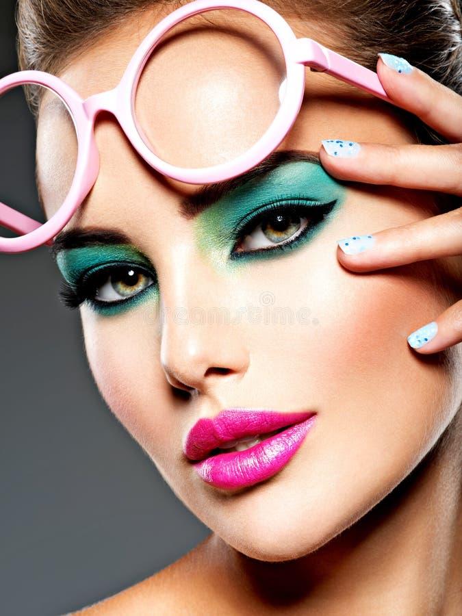 Piękna twarz kobieta z zielonym żywym makijażem oczy zdjęcie stock