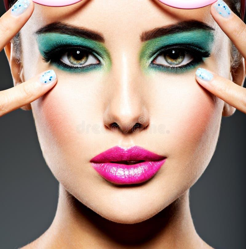 Piękna twarz kobieta z zielonym żywym makijażem oczy fotografia stock