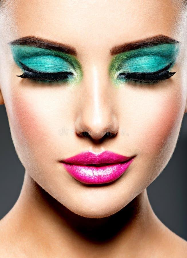 Piękna twarz kobieta z zielonym żywym makijażem oczy obraz royalty free