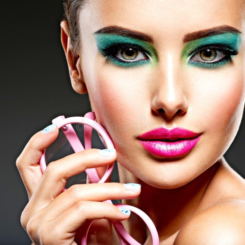 Piękna twarz kobieta z zielonym żywym makijażem oczy obrazy royalty free