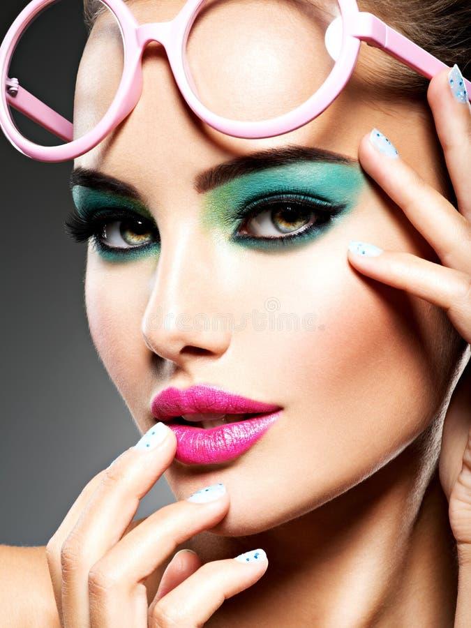 Piękna twarz kobieta z zielonym żywym makijażem oczy zdjęcia stock