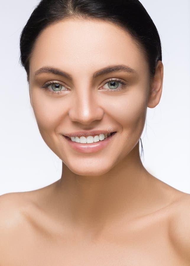 piękna twarz kobiety piękna odosobniony portreta biel Zdroju ono Uśmiecha się Perfect Świeża skóra Czysta Wzorcowa dziewczyna Mło obraz royalty free