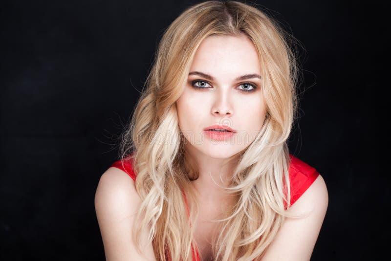 piękna twarz kobiety Zmysłowa kobieta z Długim blondynka włosy fotografia royalty free