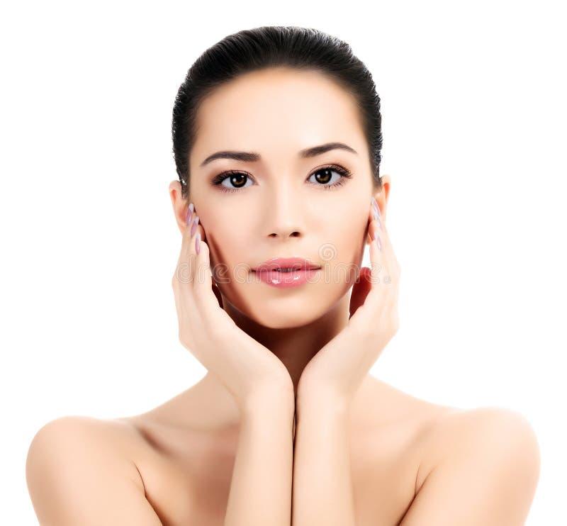 Piękna twarz młoda dorosła kobieta z czystą świeżą skórą obrazy royalty free