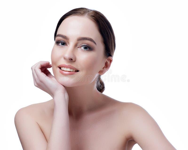 Piękna twarz młoda dorosła kobieta z czystą świeżą skórą - odizolowywającą na bielu fotografia stock