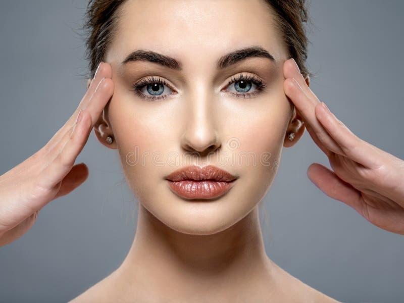 Piękna twarz młoda kobieta z czystą świeżą skórą zdjęcia stock