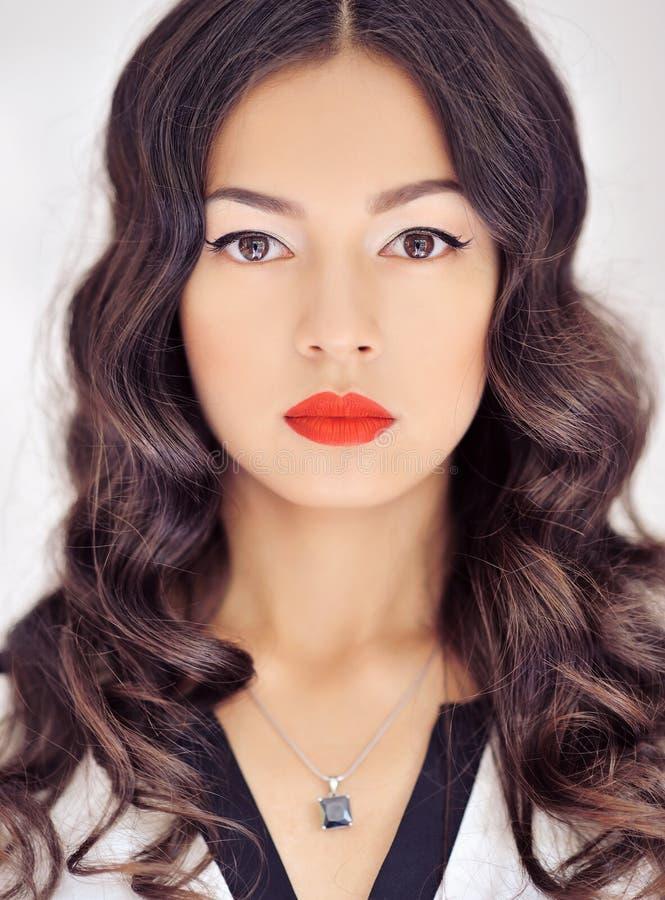 Piękna twarz młoda kobieta z czystą świeżą skórą, jasny makeu fotografia royalty free