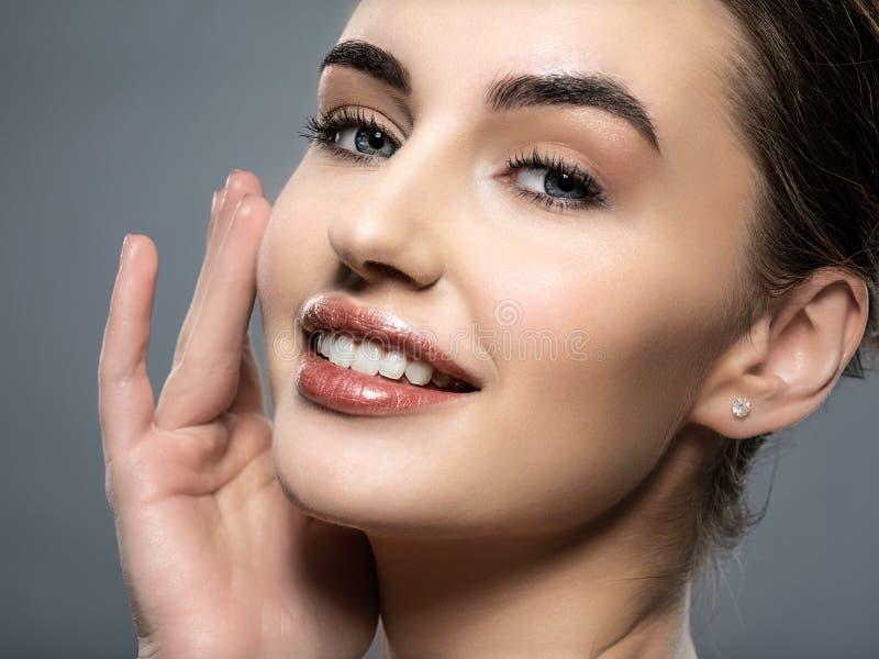 Piękna twarz uśmiechnięta kobieta z czystą świeżą skórą obrazy royalty free