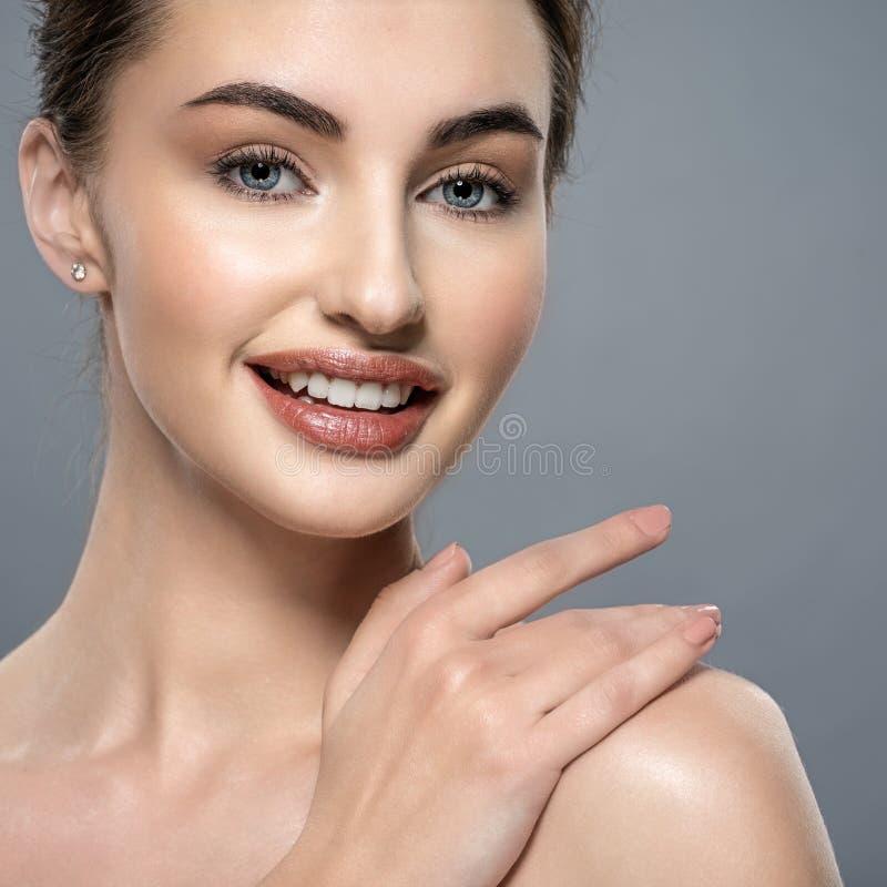 Piękna twarz uśmiechnięta kobieta z czystą świeżą skórą zdjęcie stock