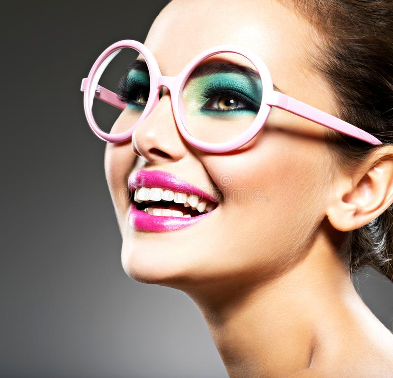 Piękna twarz uśmiechnięta kobieta z moda makijażem fotografia royalty free