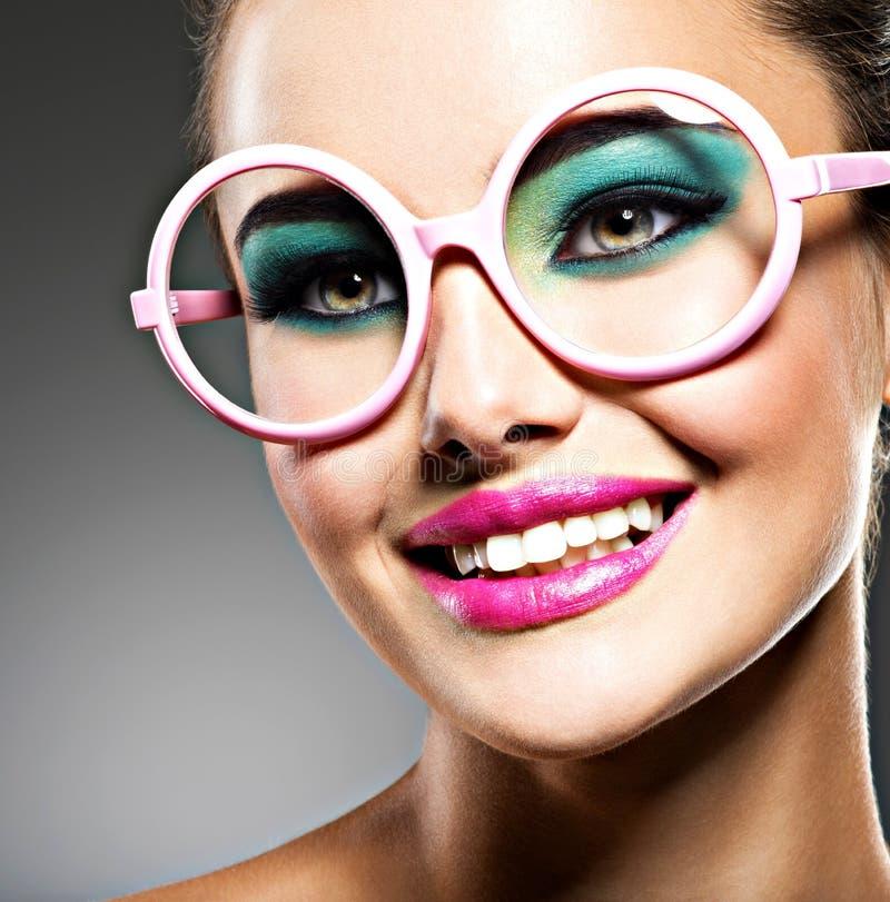 Piękna twarz uśmiechnięta kobieta z moda makijażem zdjęcia royalty free