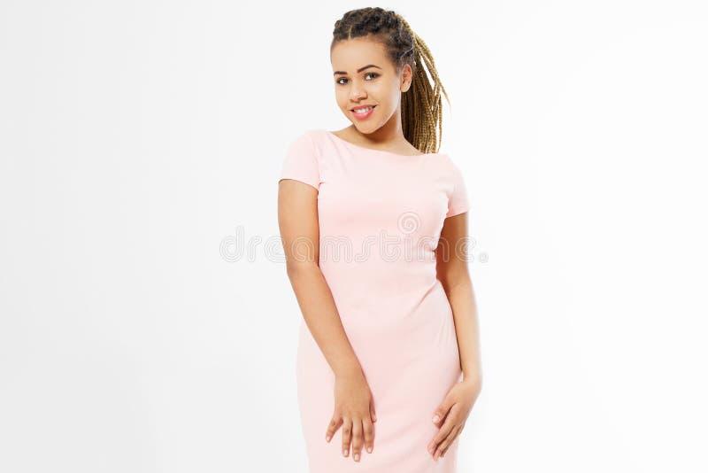 Piękna uśmiechnięta amerykanin afrykańskiego pochodzenia dziewczyna z afro fryzurą w pustej szablonu t koszula sukni odizolowywaj obrazy royalty free