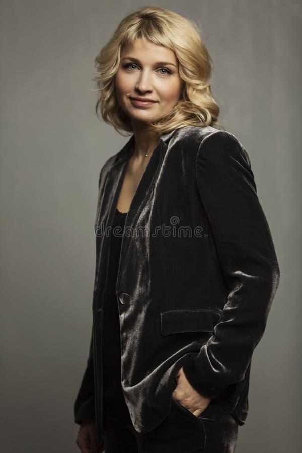 Piękna uśmiechnięta blondynka w garniturze obrazy royalty free