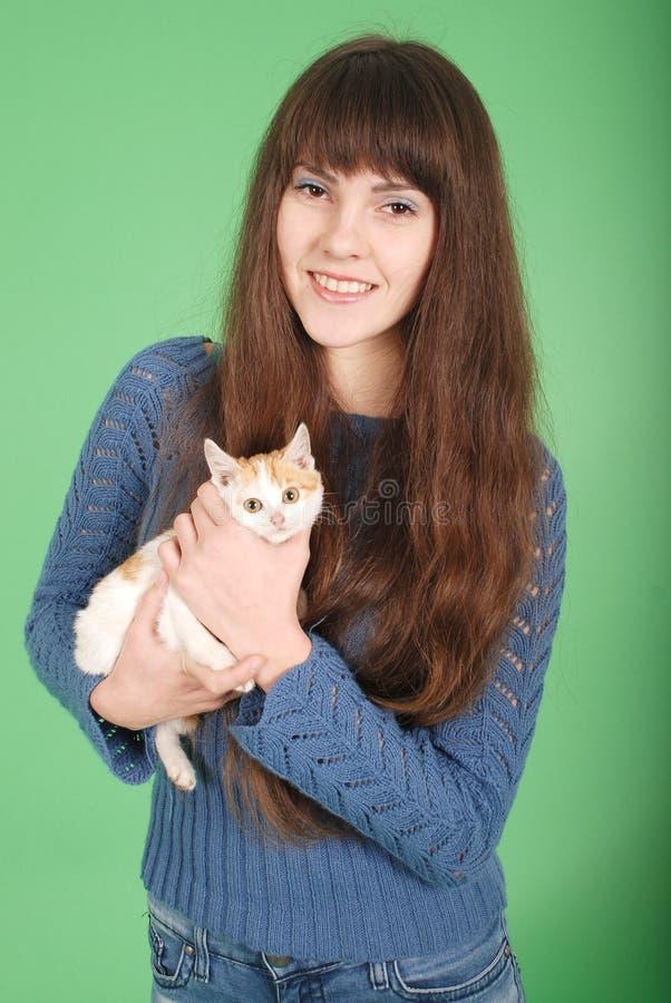 Piękna uśmiechnięta brunetki dziewczyna i jej kot fotografia royalty free