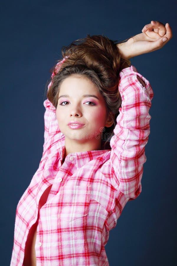 Download Piękna Uśmiechnięta Dziewczyna Podnoszący Spojrzenie I Ręki Zdjęcie Stock - Obraz złożonej z splendory, oczy: 28969178