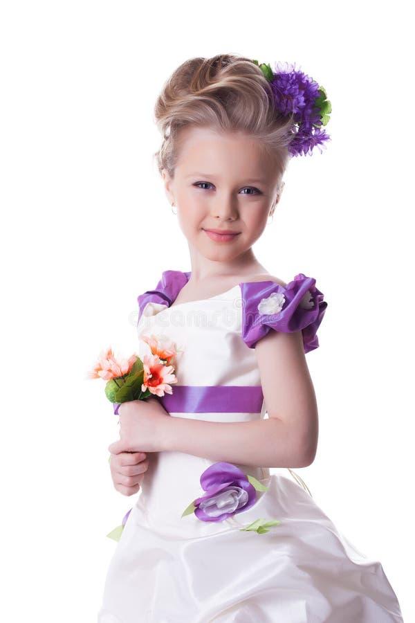 Piękna uśmiechnięta dziewczyna z bukietem kwiaty obraz stock