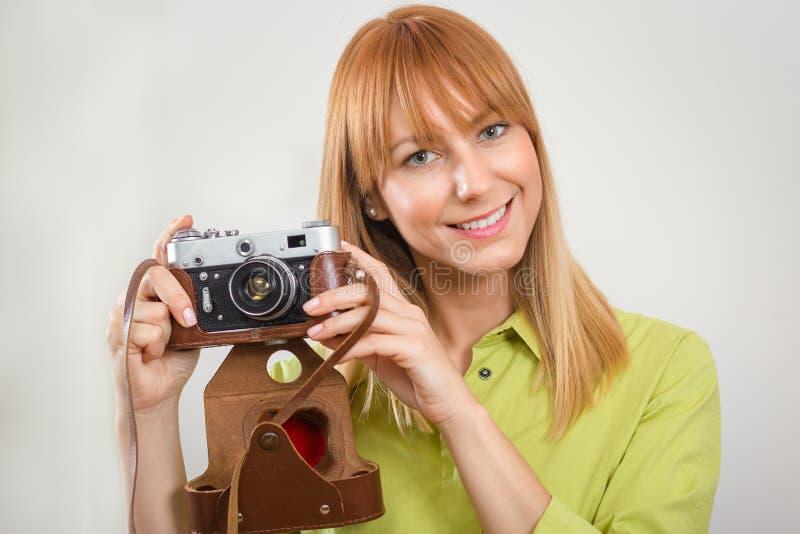 Piękna uśmiechnięta dziewczyna z retro rocznik kamerą zdjęcie royalty free