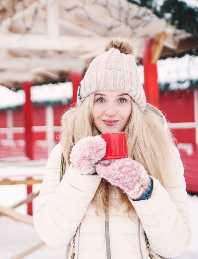 Piękna uśmiechnięta kobieta trzyma filiżankę gorący kakao zdjęcie royalty free