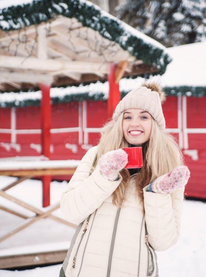 Piękna uśmiechnięta kobieta trzyma filiżankę gorący kakao fotografia stock