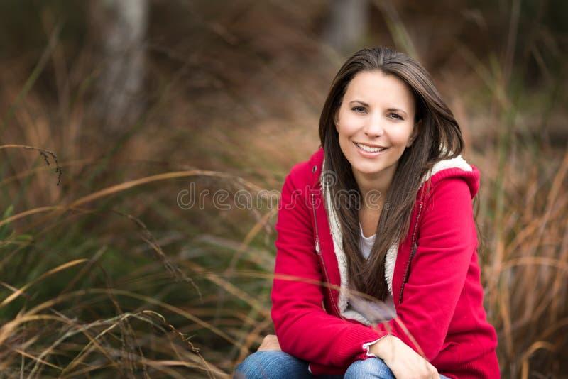 Piękna Uśmiechnięta kobieta w trawie fotografia royalty free