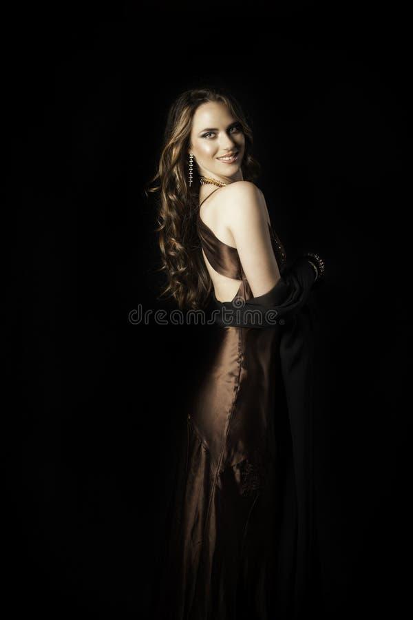Piękna uśmiechnięta kobieta w wieczór odzieży fotografia royalty free