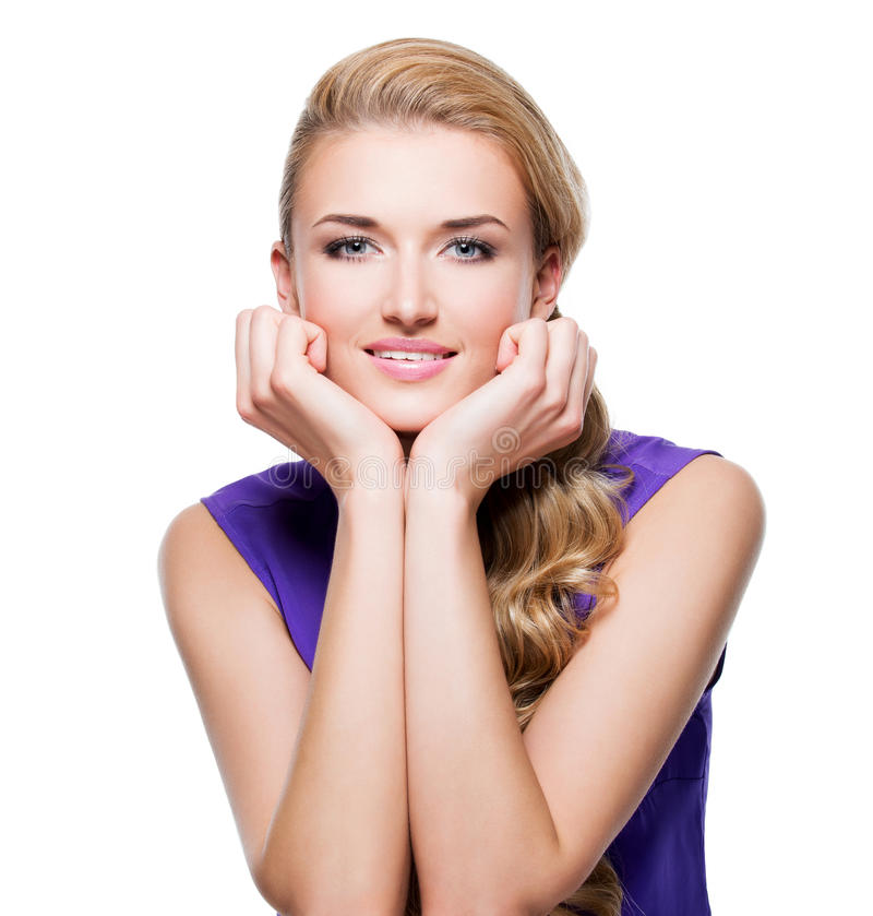 Piękna uśmiechnięta kobieta z długim blond kędzierzawym włosy zdjęcia stock