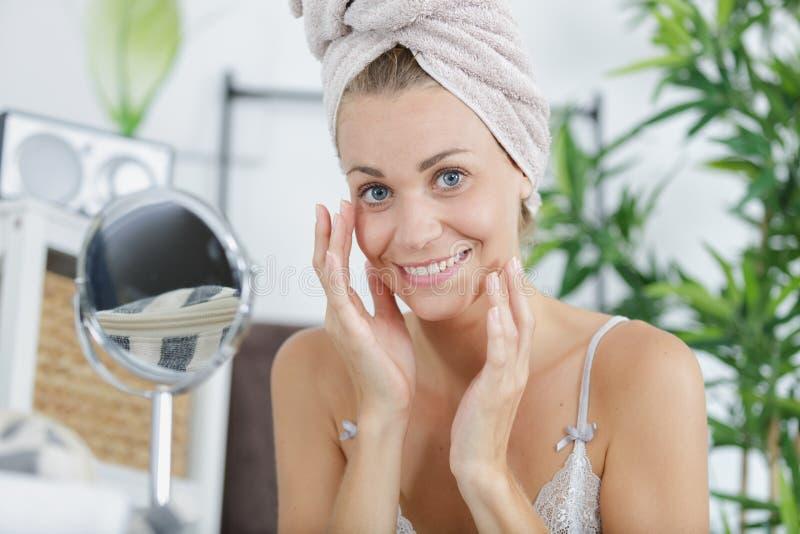 Piękna uśmiechnięta kobieta z ręcznikiem na głowie zdjęcia stock