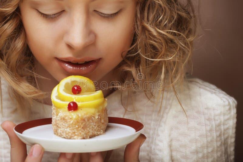 Piękna uśmiechnięta młoda kobieta z tortem fotografia stock
