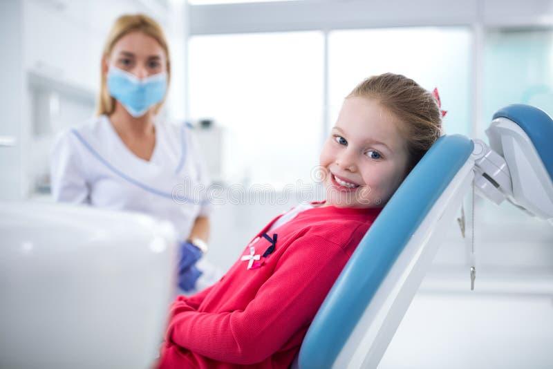 Piękna uśmiechnięta mała dziewczynka w stomatologicznym biurze fotografia stock