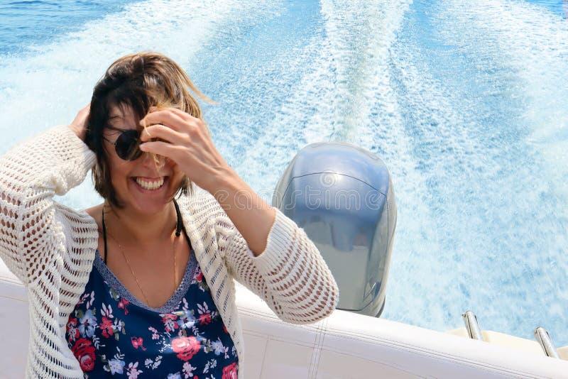 Piękna uśmiechnięta szczęśliwa młoda kobieta z lać się włosy w łodzi obraz stock