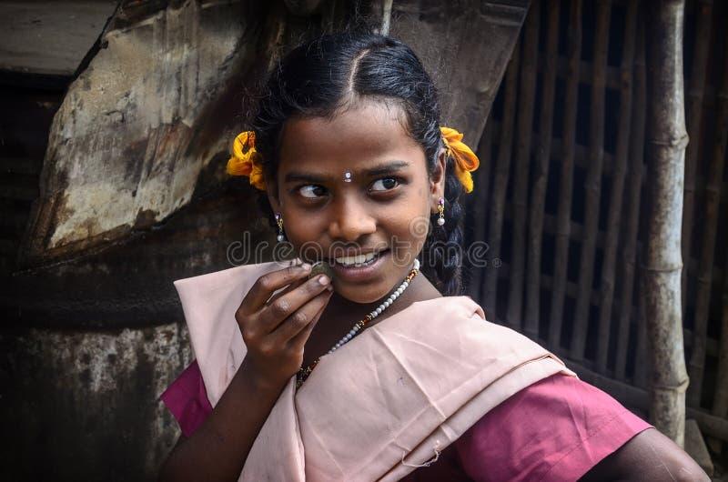 Piękna uśmiechnięta uczennica w mundurze fotografia stock