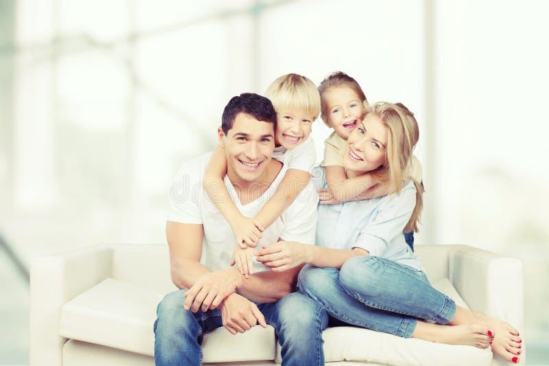 Piękna uśmiechnięta Urocza rodzina indoors zdjęcia stock