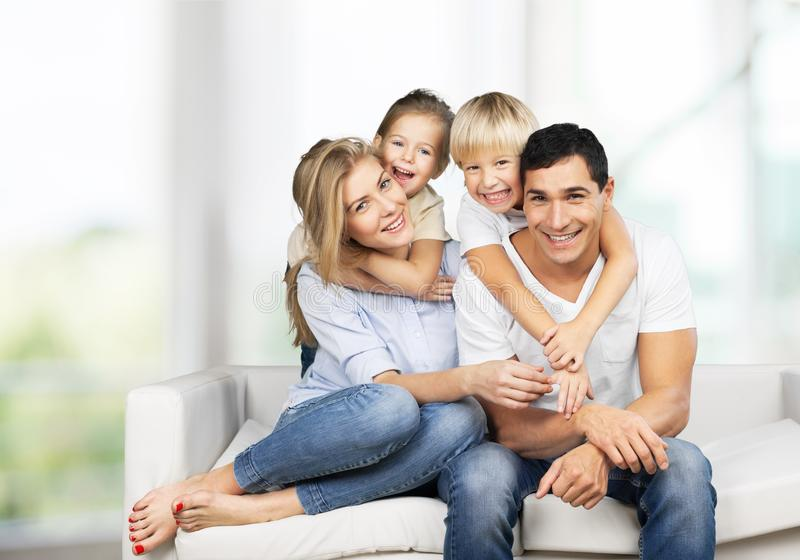 Piękna uśmiechnięta Urocza rodzina indoors fotografia royalty free